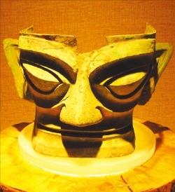 1986년 쓰촨에서 고고학 발굴로 세상에 나와 세계를 경악케 한 삼성퇴 유적의 청동기 마스크. 쓰촨에 자리를 틀었던 고촉(古蜀)의 유물이다.
