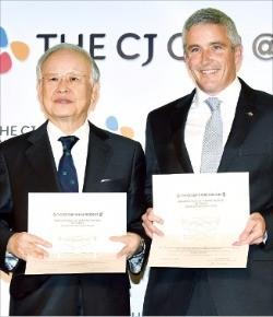 손경식 CJ그룹 회장(왼쪽)과 제이 모나한  PGA투어 부커미셔너가 24일 '더 CJ컵@나인브릿지' 대회 개최에 합의한 뒤 협약서를 들어보이고 있다. 강은구 기자egkang@hankyung.com