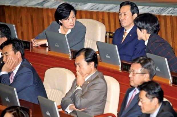 박근혜 대통령이 24일 국회 본회의장에서 2017년도 예산안 시정연설을 하는 도중 추미애 대표(뒷줄 왼쪽부터)와 우상호 원내대표 등 더불어민주당 지도부가 의견을 나누고 있다. 김범준 기자 bjk07@hankyung.com