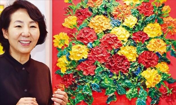 서양화가 박현옥 씨가 자신의 작품 '화병 속 꽃'을 설명하고 있다.