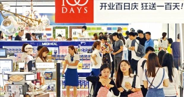 방한하는 중국인 관광객을 20% 줄이라는 중국 정부의 지침이 알려져 국내 화장품과 면세점 업체 실적이 악화될 수 있다는 우려가 커지고 있다. 사진은 중국인 관광객이 많이 찾는 서울의 한 시내면세점. 한경DB