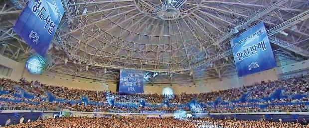 IFCi는 지난 7월16일 인천 남동체육관에서 1만5000여명의 회원이 참석한 가운데 회사 창립 5주년 기념 행사를 열고 정도사업을 다짐했다.   / IFCi 제공