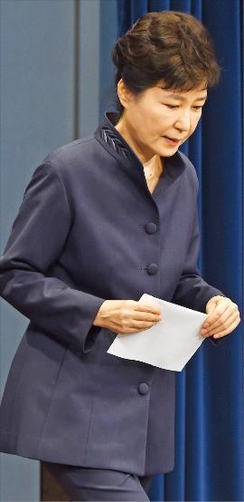 박근혜 대통령이 25일 '최순실 파문'에 대한 사과 기자회견을 위해 청와대 춘추관에 들어서고 있다. 박 대통령은 1분40초간 자신의 입장을 밝혔으며 질문은 받지 않았다. 강은구 기자 egkang@hankyung.com