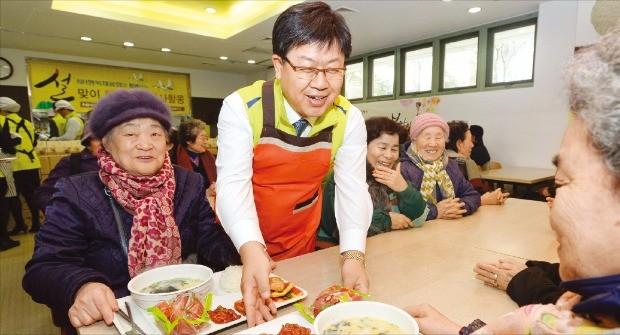 농협은행 임직원봉사단이 지난 설 때 서울 서대문노인종합복지관을 찾아 후원품을 전달했다. 이경섭 농협은행장(가운데)이 어르신들에게 식사를 대접하고 있다.