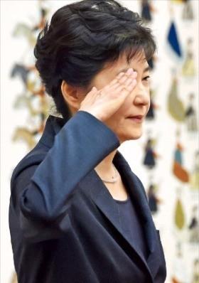 박근혜 대통령이 26일 청와대에서 열린 '군 장성 진급 및 보직 신고식'에서 거수경례로 신고를 받고 있다. 강은구 기자 egkang@hankyung.com