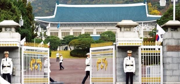청와대 경비대원들이 26일 청와대 행사를 위해 방문한 차량에 신분 확인 절차를 거친 뒤 정문을 열어주고 있다. 강은구 기자 egkang@hankyung.com