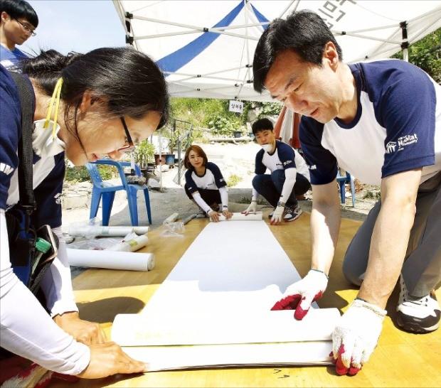 김한기 대림산업 사장(오른쪽)과 임직원들이 희망의 집 고치기 활동을 하고 있다.