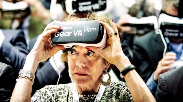 EU의 디지털 성장전략을 담은 '디지털 아젠다' 부문 집행위원을 지낸 닐리 크로스가 지난 5월 네덜란드 암스테르담에서 열린 '유럽 스타트업 페스티벌' 개막식에서 가상현실(VR) 고글을 써 보고 있다. 연합뉴스