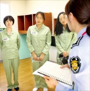 본지 김인선 기자(왼쪽)가 '교도소 체험행사'에 참가해 교도관의 설명을 듣고 있다.