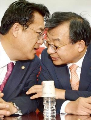 새누리당 이정현 대표(오른쪽)와 정진석 원내대표가 27일 서울 여의도 당사에서 열린 최고위원회의에서 굳은 표정으로 얘기하고 있다. 신경훈 기자 khshin@hankyung.com