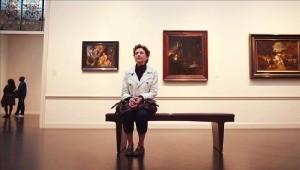 렘브란트 '나사로의 부활' 앞에 앉아 있는 니키.