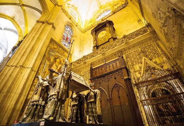 세비야 성당 내부에 있는 콜럼버스의 관.