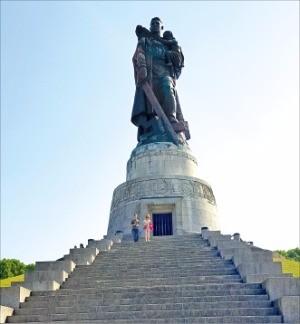 트렙타워 공원의 소련 병사 동상.