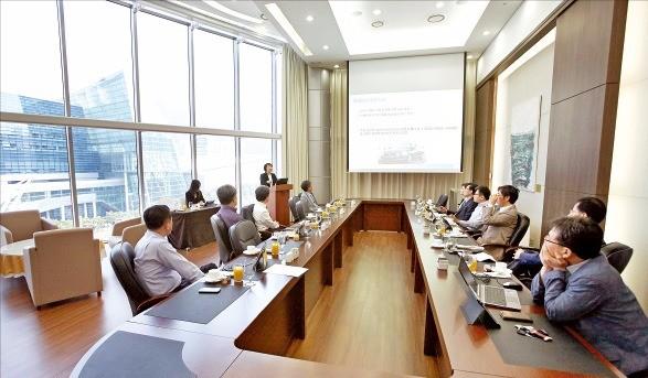 부산지역 산·학·연 관계자들의 연구모임인 '부산전시·컨벤션발전연구회' 회원들이 부산 해운대구 벡스코 회의실에서 마이스산업의 개선 방향과 도약을 주제로 토론하고 있다. 벡스코 제공