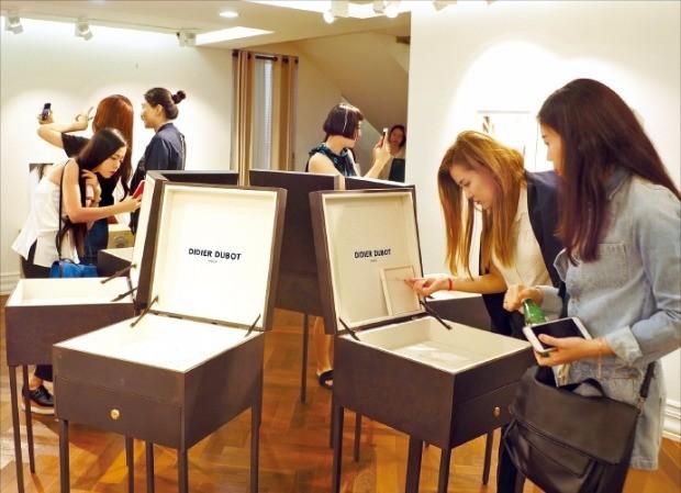중국 관광객들이 서울 청담동의 세정 디디에두보 청담매장에서 주얼리 제품을 살펴보고 있다. 세정그룹 제공