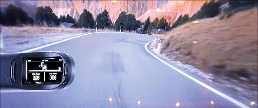선글라스에 부착해 사용하는 IT기기 가민의 '바리아 비전'으로 본 화면.