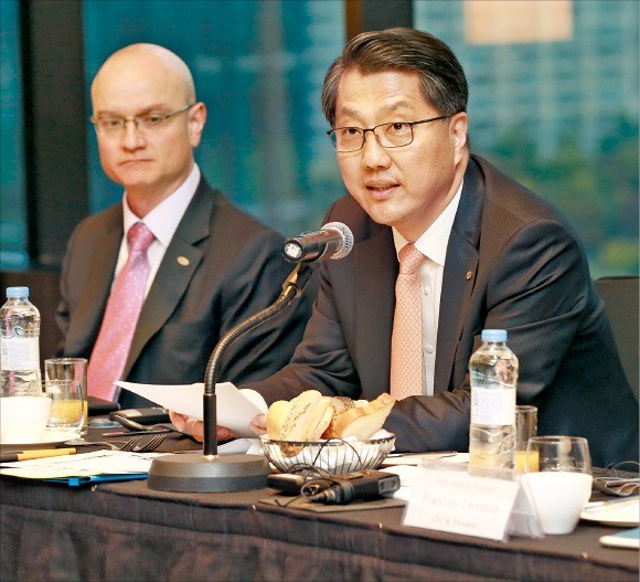 진웅섭 금융감독원장(오른쪽)은 28일 서울 여의도 콘래드호텔에서 13개 외국계 보험회사 최고경영자(CEO)들과 간담회를 열고 보험상품 불완전판매 방지를 당부했다. 금감원 제공