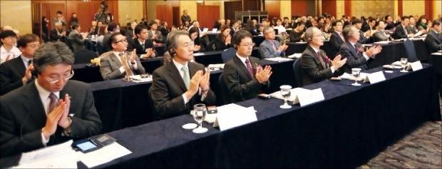 27일 열린 '한일산업기술페어 2016' 개회식에서 참석자들이 박수를 치고 있다. 최혁 한경닷컴 기자 chokob@hankyung.com