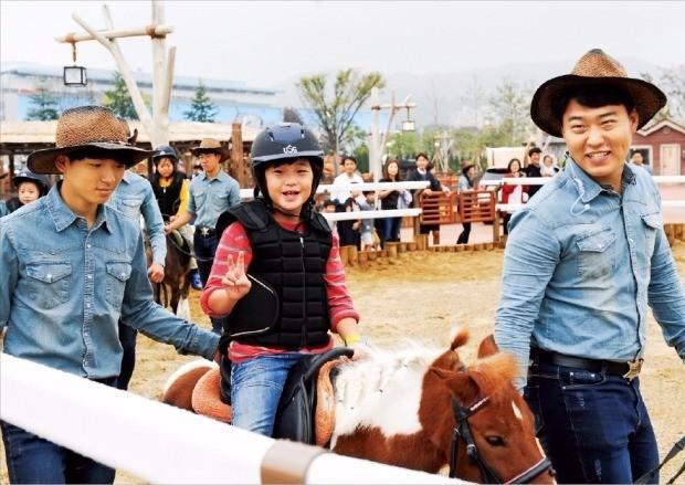 """< """"말 타기 재미있어요!"""" > 경기 과천 렛츠런파크에 28일 문을 연 국내 첫 말 테마파크인 위니월드에서 아이들이 말 타기 체험을 하고 있다. 한국마사회 제공"""