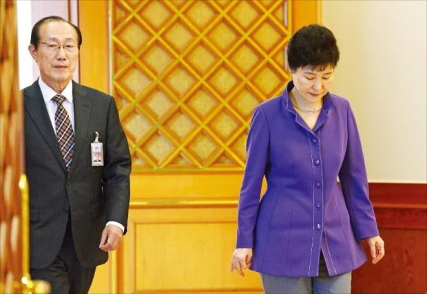 박근혜 대통령이 28일 청와대에서 열린 신임 대사 임명장 수여식에 참석하기 위해 이원종 비서실장과 행사장으로 가고 있다. 강은구 기자 egkang@hankyung.com