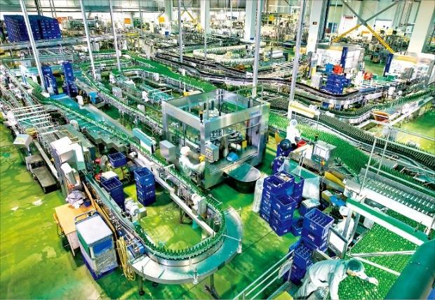 대선주조 직원들이 부산 기장군 장안읍 생산공장에서 소주를 생산하고 있다. 대선주조 제공