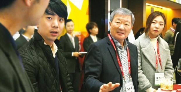 구본무 LG 회장(왼쪽 두 번째)이 지난 2월 'LG 테크노 콘퍼런스'에 참석했다.