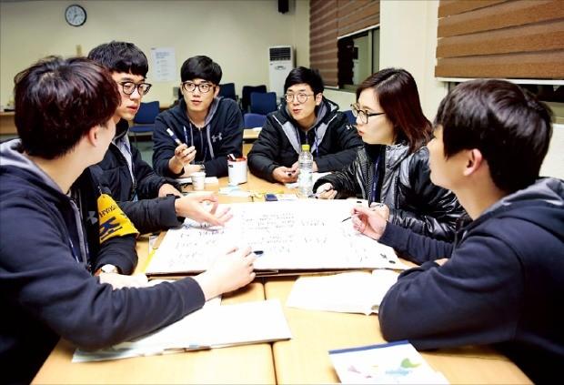 경기 안양시 한국표준협회 연수원에서 효성 신입사원들이 조별 과제 활동을 하고 있다.