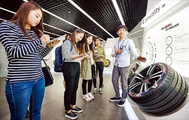금호타이어는 10월1일 경기 용인에 있는 중앙연구소에 이공계 대학생을 초청해 채용설명회를 열었다.