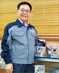 오택춘 영진웜 대표가 국산화한 '웜 가속기'의 장점을 설명하고 있다. 영진웜 제공
