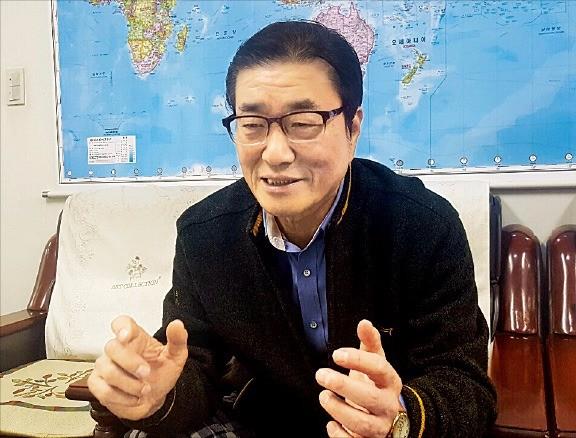 윤여두 한국농기계사업협동조합 이사장이 농업 기계화와 농기계 수출 전망 등을 설명하고 있다. 한국농기계사업협동조합 제공