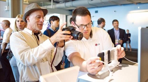 LG전자가 지난주 프리미엄 스마트폰 'V20'을 미국 캐나다 홍콩 등지에서 출시했다. 지난달 미국 샌프란시스코에서 열린 V20 발표 행사에서 현지 기자들이 제품을 살펴보고 있다. LG전자  제공