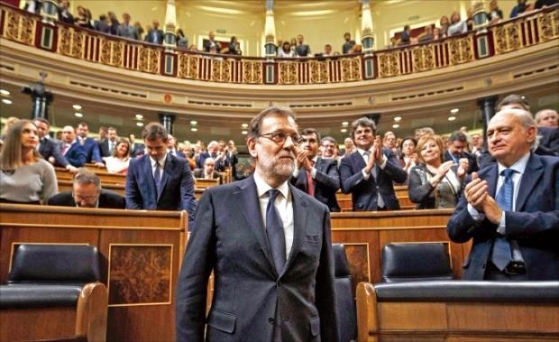 마리아노 라호이 스페인 총리가 29일(현지시간) 마드리드에 있는 의회의사당에서 재선출된 뒤 의원들에게 박수를 받고 있다. 마드리드AFP연합뉴스