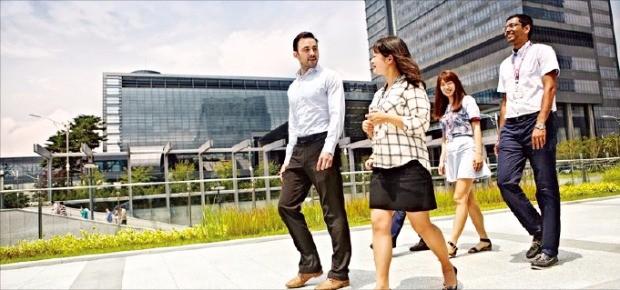 삼성은 다양한 인재가 자유로운 환경에서 일할 수 있도록 노력하고 있다. 삼성전자 수원사업장 센트럴파크에서 직원들이 얘기하고 있다.