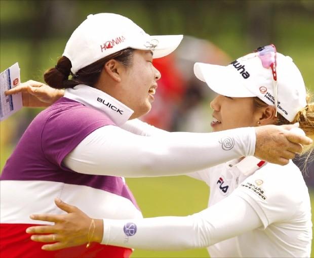 펑산산이 30일 미국여자프로골프(LPGA)투어 사임다비말레이시아 대회에서 올 시즌 첫 우승을  확정지은 뒤 신지은과 포옹하고 있다. 연합뉴스
