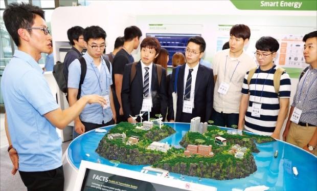 지난 9월 경기 안양 LS타워에서 열린 'LS 잡페어'에 참가한 대학생들이 LS산전의 마이크로그리드 기술이 적용된 에너지 자립섬에 대한 설명을 듣고 있다.