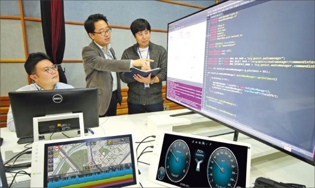 현대자동차 직원들이 31일 경기 화성시 남양연구소에서 커넥티드 카 기술을 논의하고 있다. 현대차 제공