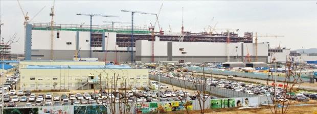 내년 6월 가동을 앞둔 삼성전자 평택 반도체 공장 건설현장.