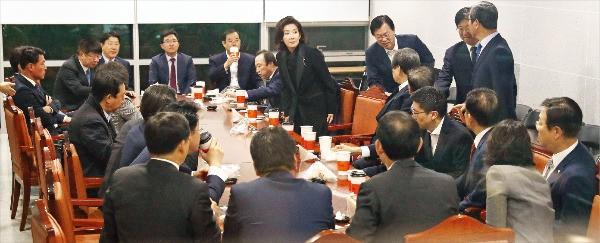 새누리당 비박(비박근혜)계 의원들이 31일 국회에서 '최순실 국정 개입 파문' 대응 방안을 논의하기 위해 긴급 회동했다. 연합뉴스