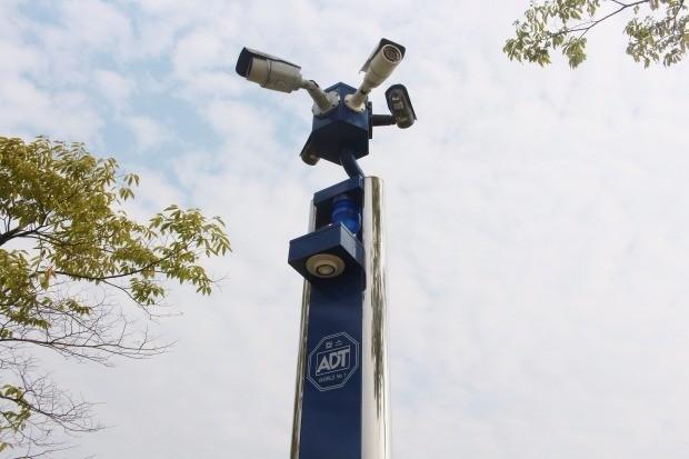 ADT캡스가 경기 안산시 한양대 에리카 캠퍼스에 설치한 EM콜.