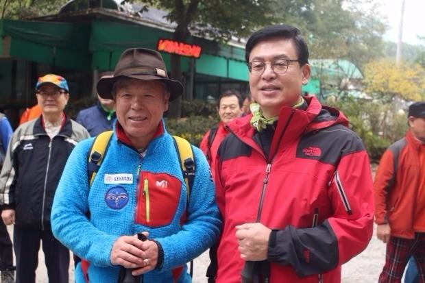 수락산 입구에서 산악인 엄홍길 씨(왼쪽)와 정우택 의원