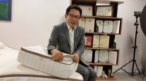 김인호 럭스나인 사장이 라텍스를 위생적으로 생산하는 설계방법에 대해 설명하고 있다. 김낙훈 기자