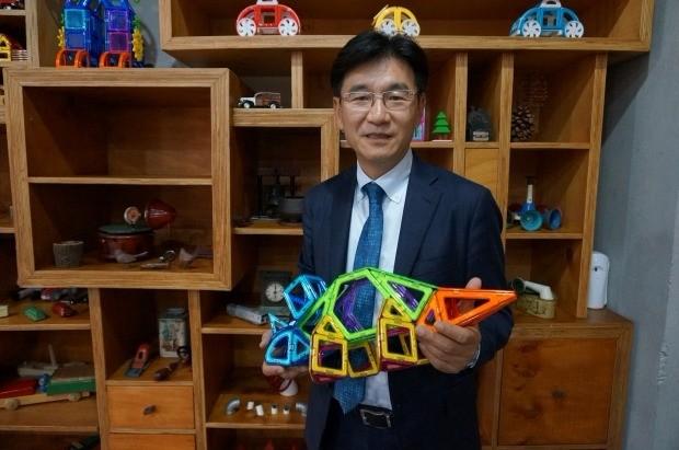박기영 한국짐보리 대표가 맥포머스로 만든 공룡 모형에 대해 설명하고 있다. 이우상 기자