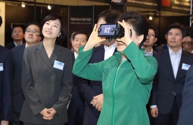 < VR체험하는 박 대통령 > 박근혜 대통령이 7일 오전 서울시 마포구 상암동 누리꿈스퀘어에서 열린 코리아 VR 페스티벌에서 KT 부스를 방문, VR을 체험하고 있다.연합뉴스