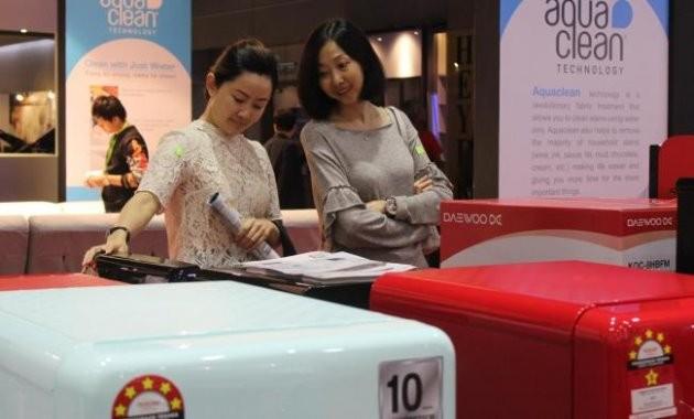 동부대우전자 말레이시아 HOMEDEC 박람회 전시관에서 현지 소비자들이 복고풍 디자인 '더 클래식' 냉장고 제품을 구경하고 있다 / 제공 동부대우전자