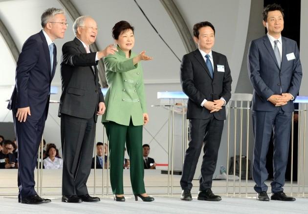 박근혜 대통령이 지난 5월 20일 경기 고양시 일산의 K-Culture Valley 기공식에 참석해 공사현장을 둘러 보고 있다. /한경DB