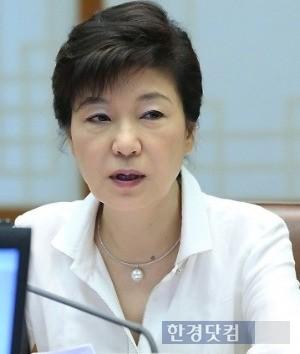 1일 공개된 내일신문 여론조사에서 한자릿수 지지율을 기록한 박근혜 대통령. / 한경 DB