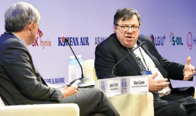 """브라이언 카우언 전 아일랜드 총리(오른쪽)는 2일 서울 삼성동 그랜드인터컨티넨탈파르나스호텔에서 열린 '글로벌 인재포럼 2016'에서 """"기존 암기식 교육에만 의존한다면 의식주조차 해결할 수 없는 지경에 이를 것""""이라며 """"젊은이들이 평생 많게는 여섯 개까지 직업을 바꾸는 시대가 온다""""고 예상했다. 사회를 맡은 염재호 고려대 총장(왼쪽)이 카우언 전 총리 강연을 경청하고 있다. 강은구 기자 egkang@hankyung.com"""