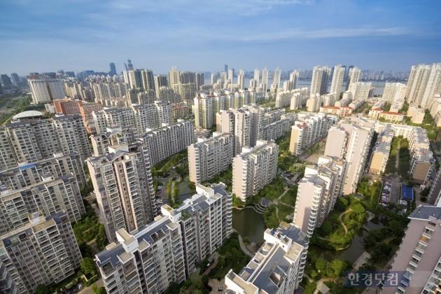 국토교통부는 3일 경제관계장관회의에서 이상 과열현상이 나타나는 서울·경기·세종·부산의 청약시장을 규제하는 '주택시장 안정적 관리방안'을 발표했다. (자료 = 게티이미지)