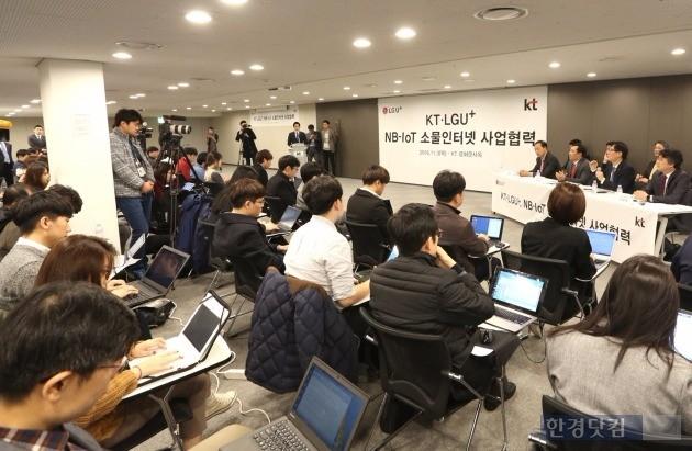 3일 서울 광화문 KT 사옥에서 열린 'KT·LG유플러스 NB-IoT 사업협력' 공동 기자간담회에서 양사 IoT 사업 관계자들이 기자들의 질문에 답하고 있다. / 사진='KT·LG유플러스 제공