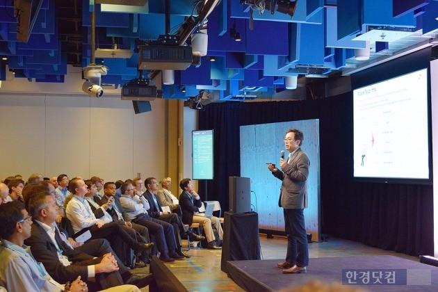 지난 2일(현지시간) 미국 실리콘밸리 페이스북 본사에 열린 TIP 서밋 회의에서 최진성 SK텔레콤 종합기술원장이 한국 벤처 육성센터 설립 계획을 발표하고 있다. / 사진=SK텔레콤 제공